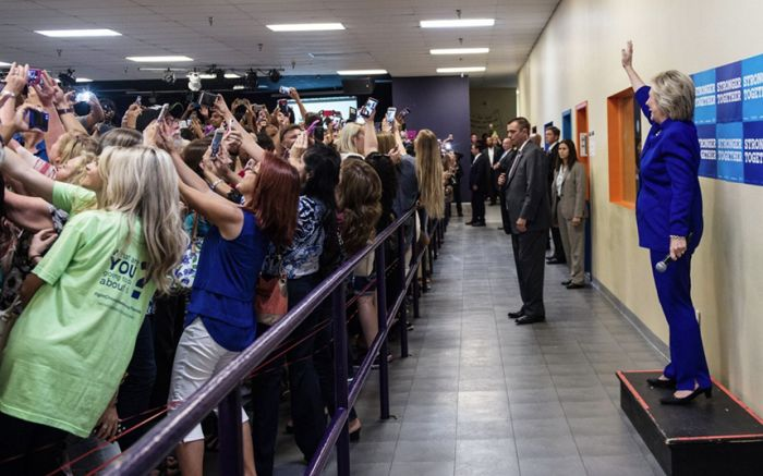«Поколения селфи» на фото с кандидатом в президенты США Хиллари Клинтон (2 фото)