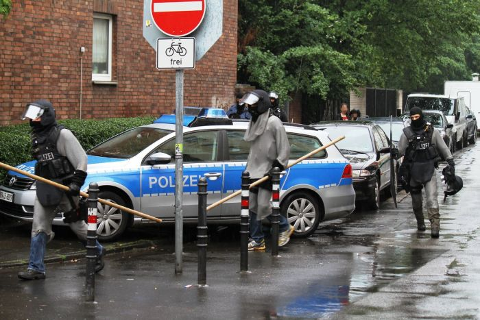 Немецкие полицейские стали использовать кольчугу для защиты от мигрантов (9 фото)