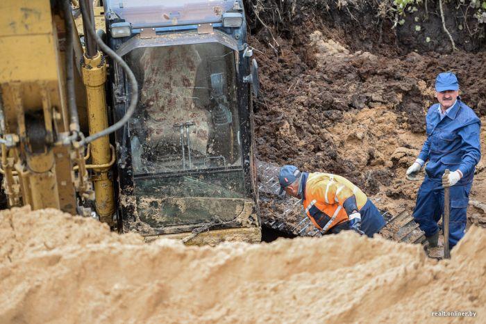 Под Минском четвертый день вытаскивают из болота экскаватор (5 фото)