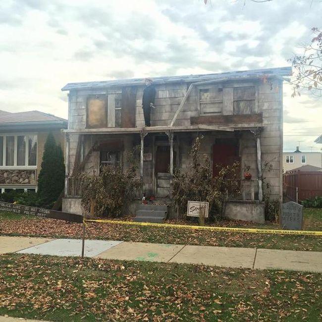 Жуткая декорация дома на Хэллоуин (4 фото)
