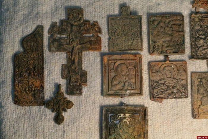 В Пскове обнаружили клад с монетами и орденами XV - XX века (21 фото)