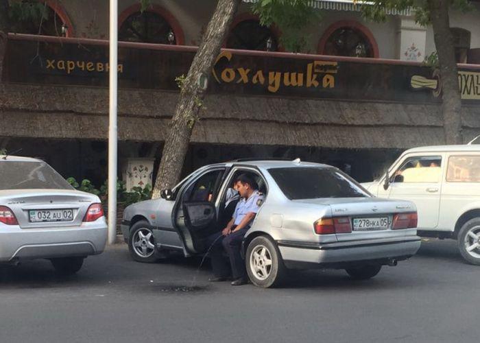 В Казахстане полицейский справил нужду прямо на асфальт (2 фото)