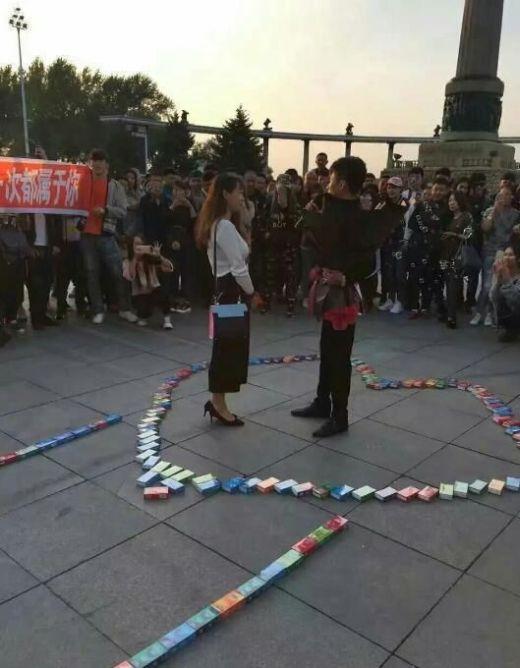 Китаец признался в любви с помощью 999 упаковок с презервативами (5 фото)