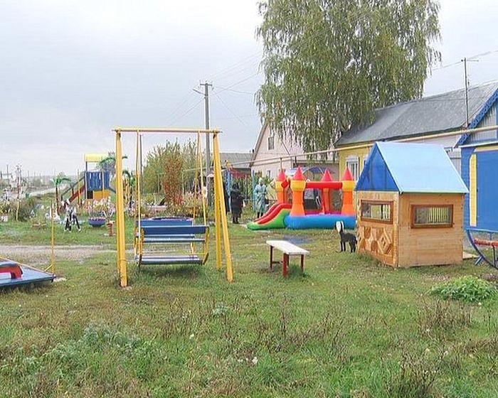 В Самарской области пенсионера заставляют снести построенную им детскую площадку (5 фото)