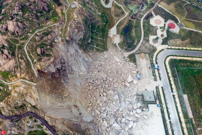 В Китае оползень разрушил только что построенный парк отдыха (4 фото)
