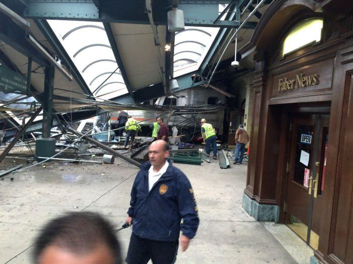 В Нью-Джерси поезд сошел с рельс и врезался в здание вокзала (9 фото)