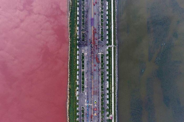 Соленое озеро Яньху в Китае стало двухцветным (3 фото)
