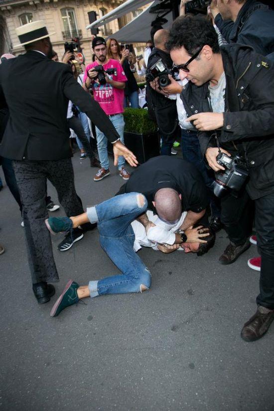 Украинский пранкер и журналист поцеловал ягодицы Ким Кардашьян (6 фото)