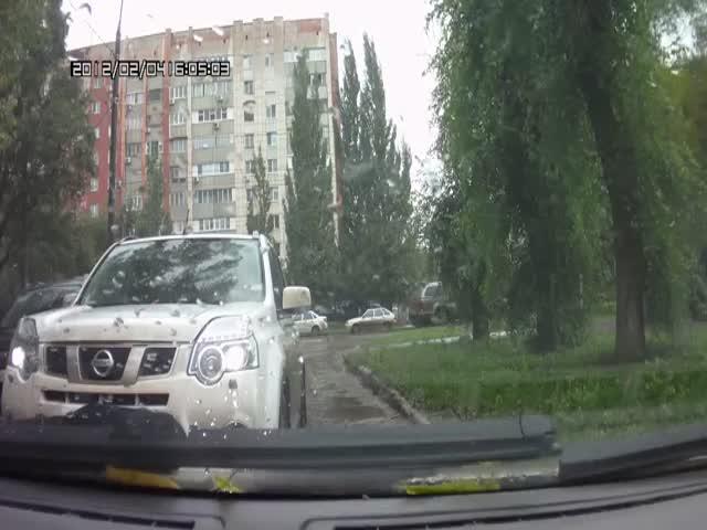 Батюшка оставил машину на проезжей части и ушел в церковь