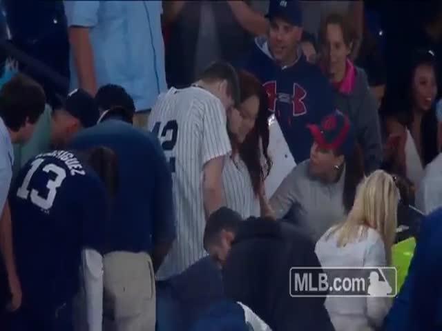 Предложение руки и сердца на бейсбольном матче