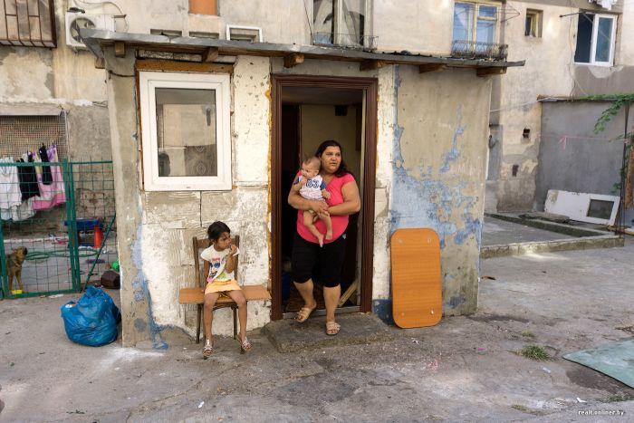 Прогулка по самому жуткому району Бухареста (69 фото)