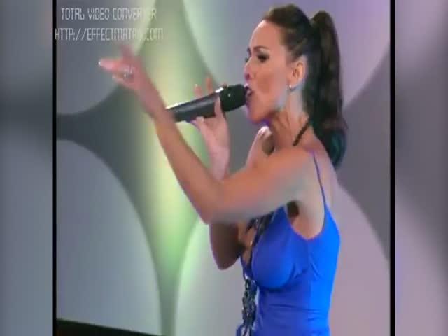 Аргентинская певица Лаура Миллер засветила грудь в прямом эфире