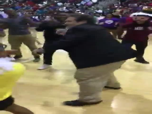 Директор танцует с учениками