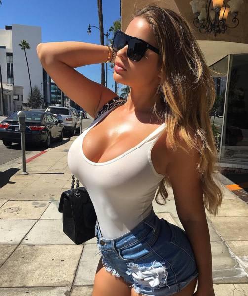 девушка предлагает себя на улице