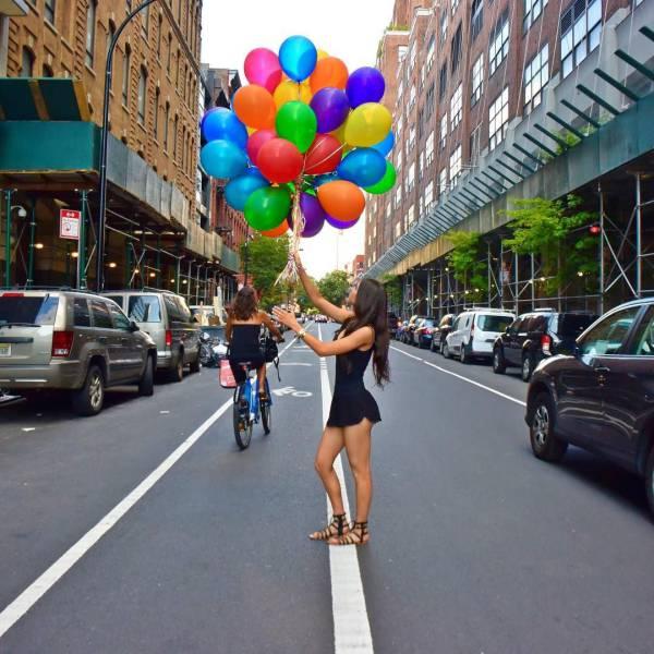Симпатичные девушки фотографируются на улице (42 фото)
