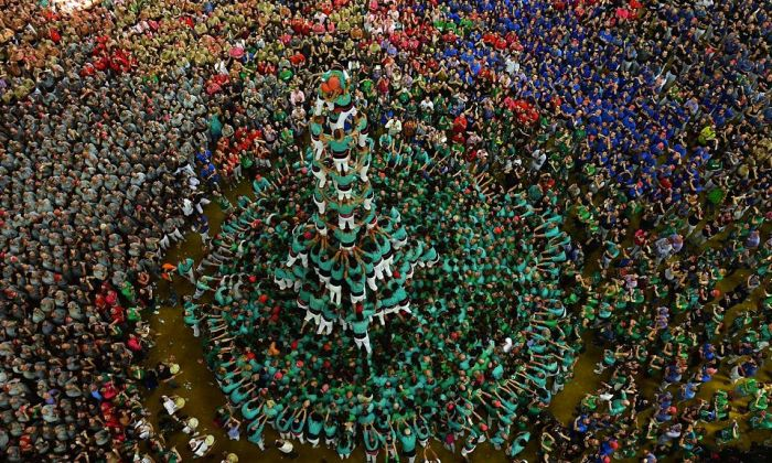 В Каталонии прошел конкурс по выстраиванию человеческих башен (20 фото)