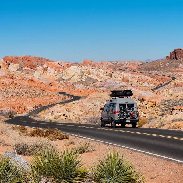 Парень в течение двух лет путешествует по Америке на переделанном бабушкином фургоне (20 фото)