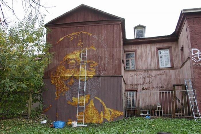 В Перми появился огромный портрет Юрия Шевчука из осенних листьев (3 фото)