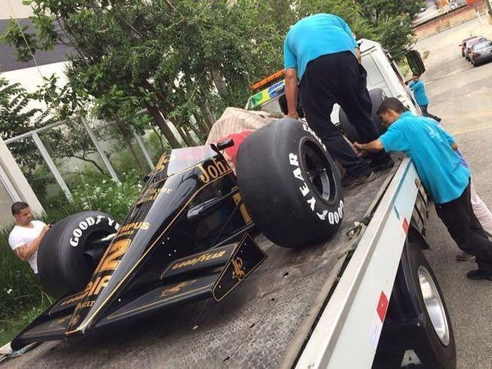 Копия болида «Формулы-1» Lotus 97T, как украшение для потолка (4 фото)