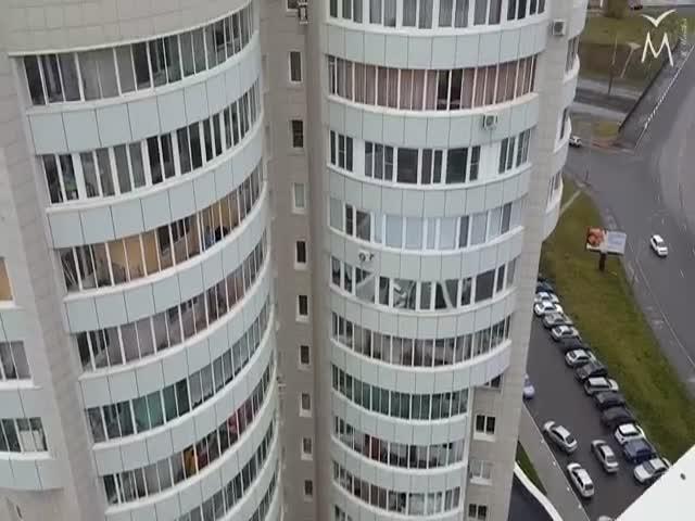 В Барнауле экстремал прошел по стропе между двумя 16-этажками