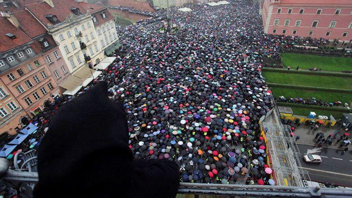 В Польше проходят массовые протесты против полного запрета абортов (7 фото)
