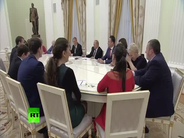 Путин поговорил с лучшими учителями страны о их зарплатах
