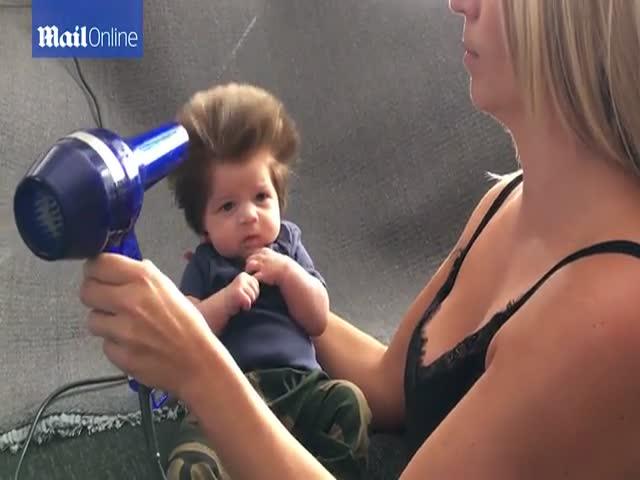 2-месячный малыш с копной густых и длинных волос