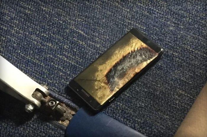 В США из-за возгорания смартфона Samsung отменили авиарейс и эвакуировали пассажиров (2 фото)