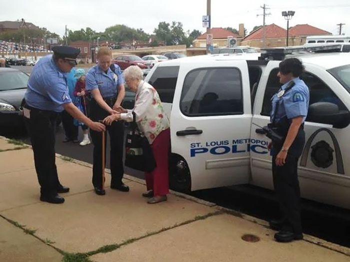 Американские полицейские арестовали 102-летнюю бабушку, исполнив ее давнюю мечту (8 фото)