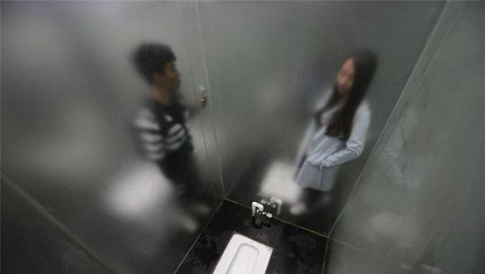 Стеклянный туалет в китайском парке (9 фото)