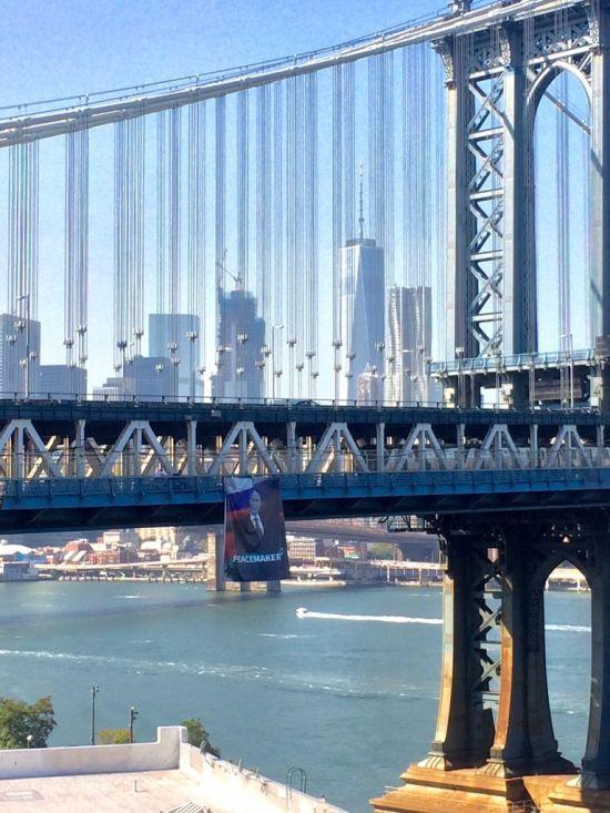 Баннер с Владимиром Путиным на Манхэттенском мосту в Нью-Йорке (3 фото)