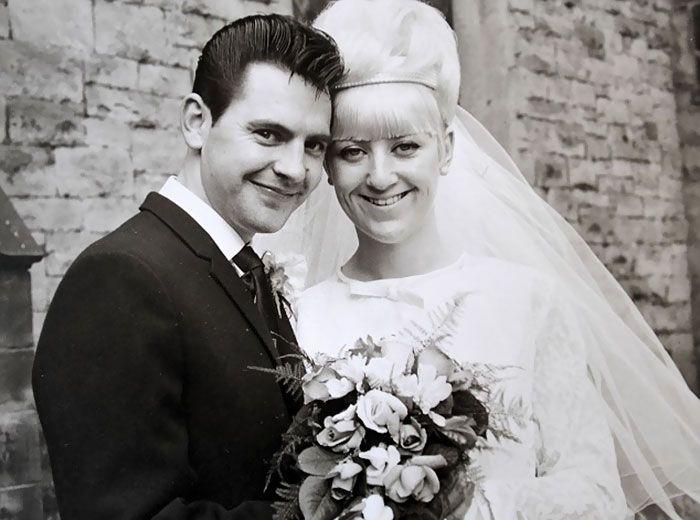 Супруги надели старые свадебные наряды для празднования золотой свадьбы (6 фото)