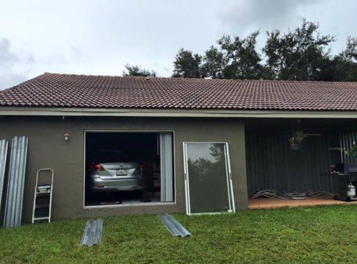 Хозяин спрятал автомобиль от урагана «Мэтью» в гостиной (4 фото)