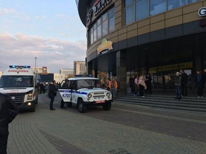 В Минске парень с бензопилой и топором устроил резню в торговом центре (5 фото + 2 видео)