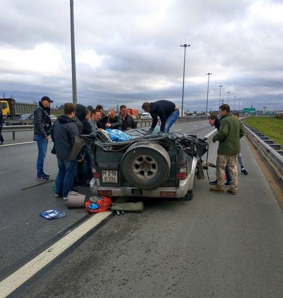 Водитель чудом выжил в приплющенном рекламным щитом автомобиле (5 фото)