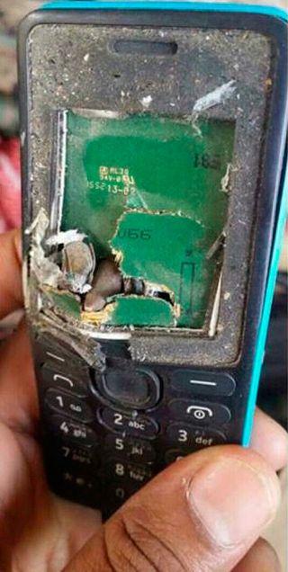 Телефон Nokia спас хозяина от пули (2 фото)