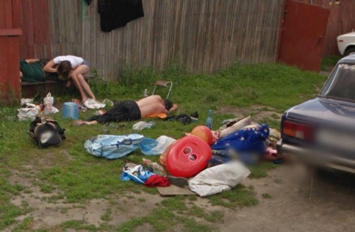 «Приехали с отдыхаловки»: герои вирусного фото объяснили, почему лежали у забора (2 фото + видео)