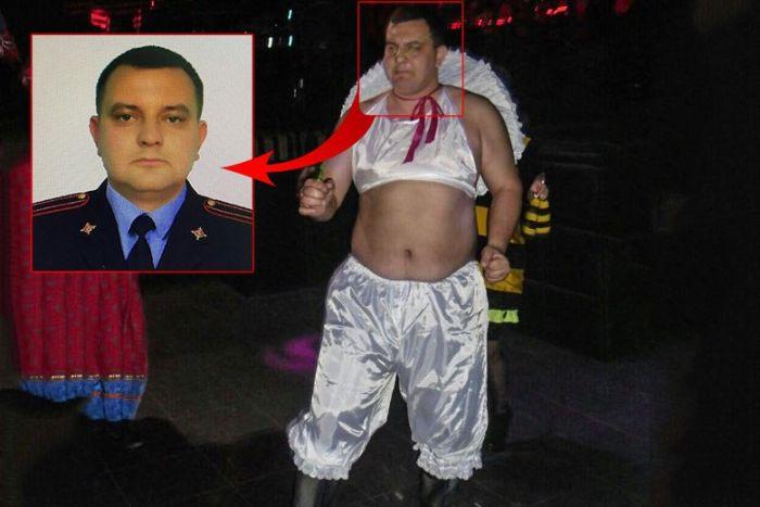Полицейский танцевал в женских панталонах (3 фото)