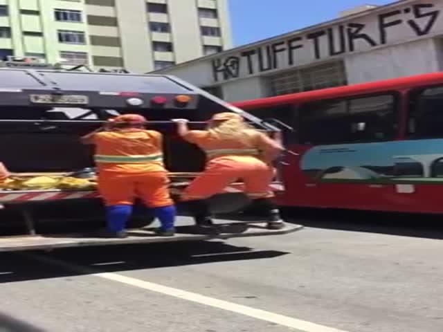 Бразильские мусорщицы танцуют тверк