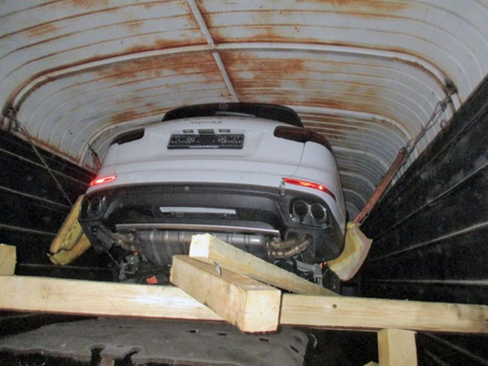 Таможенники задержали внедорожники Porsche Cayenne, которые везли поездом под видом бытовой химии (2 фото)
