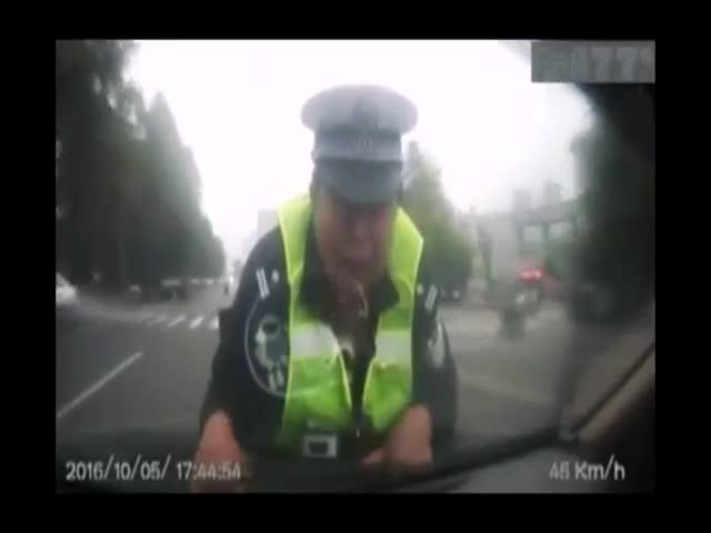 В Китае водитель прокатил полицейского на капоте