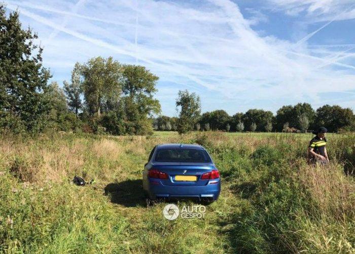 Угонщики раскурочили BMW M5 (4 фото)