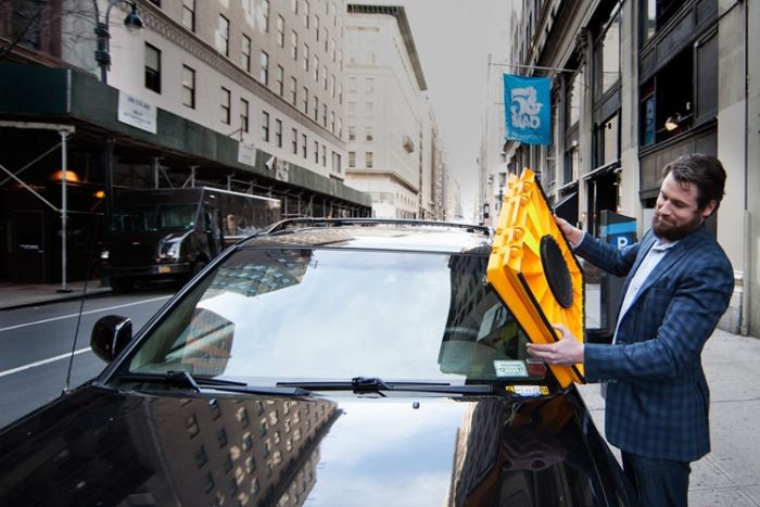 Нарушителей правил парковки предлагают наказывать блокираторами лобового стекла (5 фото)