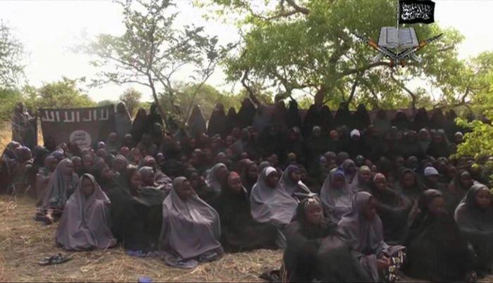 Нигерийская группировка «Боко Харам» освободила из плена 21 школьницу (2 фото)