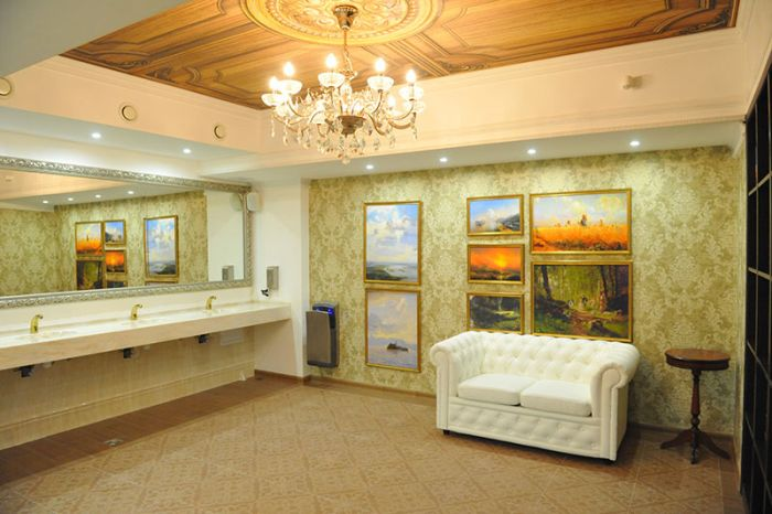 Самый роскошный театральный туалет России (2 фото)
