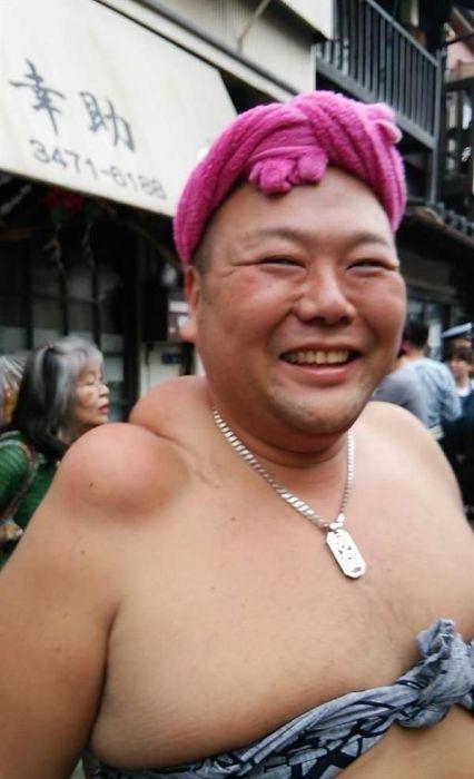 Плечи носителей святынь японского фестиваля (6 фото)