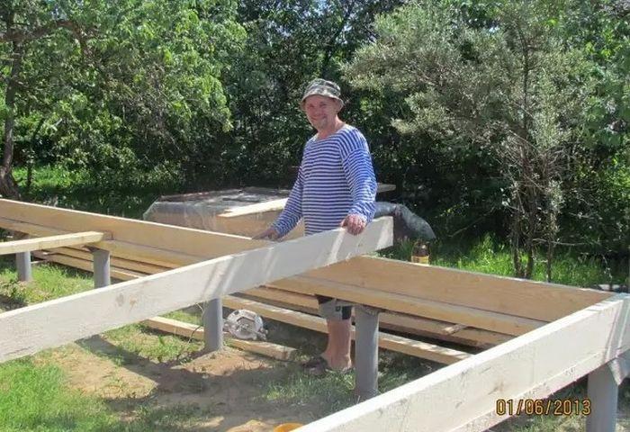 Фотоотчет о строительстве «кухни на курьих ножках» (41 фото)