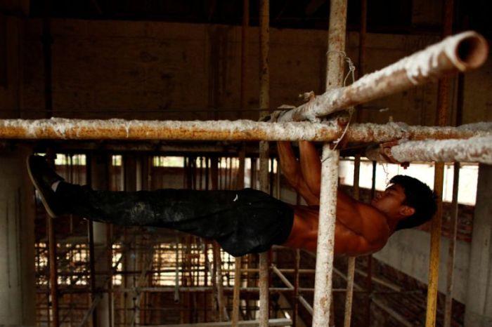 Китайский строитель находит время, чтобы тренироваться прямо на рабочем месте (18 фото)