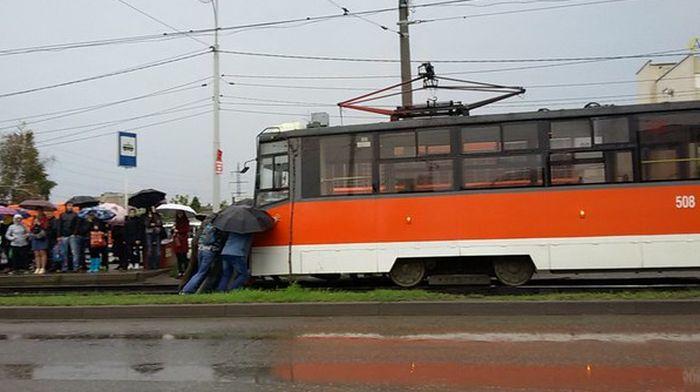 В Краснодаре пассажиры оттолкали сломавшийся трамвай в тупик (2 фото)