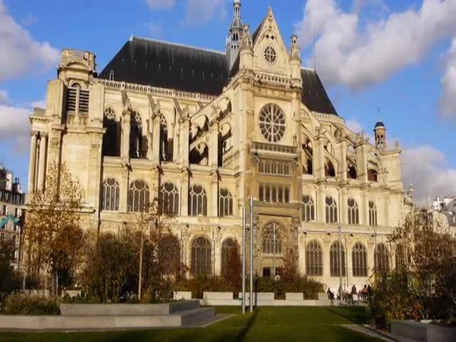 Инсталляция на потолке парижской церкви